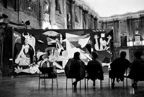 """Mostra di Picasso con il """"Guernica"""", Palazzo Reale, Milano, Italia, 1953. Fotografia di René Burri"""