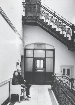 Oldenburg con la moglie Pat nel vano scala del Chelsea Hotel New York , 1964. Fotografia di Ugo Mulas