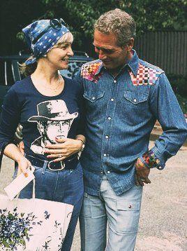 Paul Newman ammira la camicia Butch Cassidy di Joanne Woodward. Foto di Milton Greene, 1975