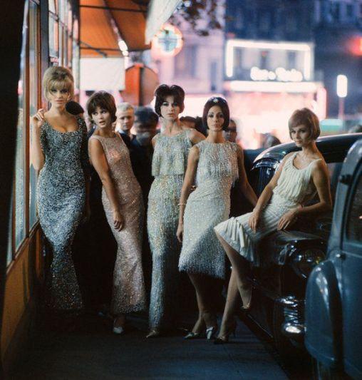 Ragazze in abiti con paillettes nella notte, Parigi, 1961. Fotografia di Mark Shaw