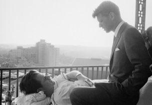 Robert Kennedy conversa con Edward Kennedy