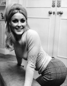 Sharon Tate, fotografata nel suo appartamento a Londra nel settembre del 1965