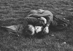 Soldato americano con la sua ragazza inglese in Hyde Park, Londra, Inghilterra, 1944. Fotografata da Ralph Morse