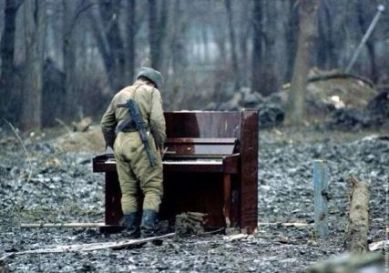 Soldato russo suona un pianoforte abbandonato, Cecenia 1994