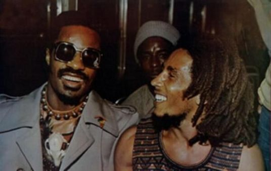 Stevie Wonder e Bob Marley insieme al concerto di Wonder Dream Benefit a Kingston, Giamaica, 1975