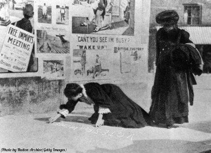 Suffragette scrivono 'Votes for Women' sul marciapiede durante le elezioni a Hexham, 1907