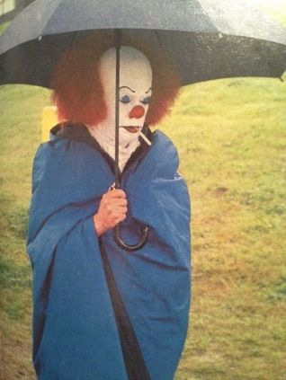 Tim Curry in pausa fumo durante le riprese di It (80)