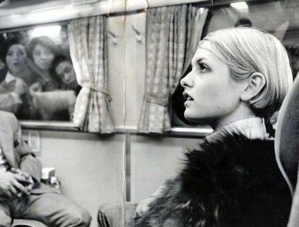 Twiggy nel treno proiettile Shinkansen alla stazione di Tokyo, Giappone il 20 ottobre 1967