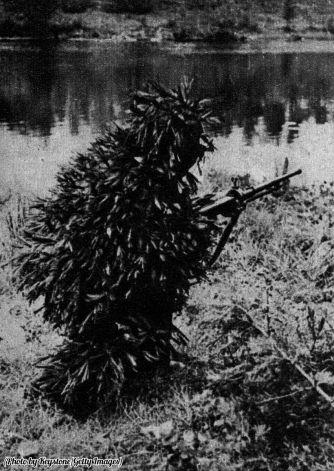 Un cecchino russo mimetizzato nel fronte finlandese, circa 1940
