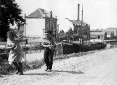 Uomo e donna trainano una barca attraverso un nave-canale. Paesi Bassi 1931