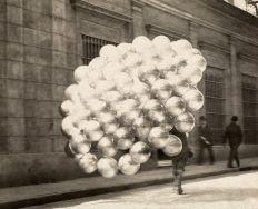 Venditore di palloncini attraversa una strada a Buenos Aires, novembre 1921