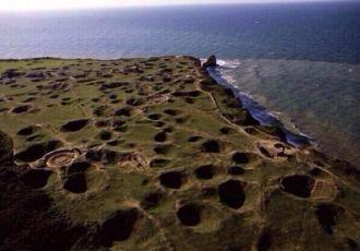 Vista attuale di Pointe du Hoc, in Normandia, che mostra l'intensità dei combattimenti durante l'invasione del 1944
