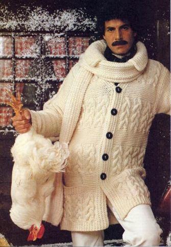 1970 Uomo in cardigan con pollo