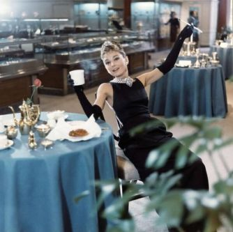 Audrey Hepburn si rilassa con un drink in una mano, una sigaretta nell'altra (Colazione da Tiffany, 1961)
