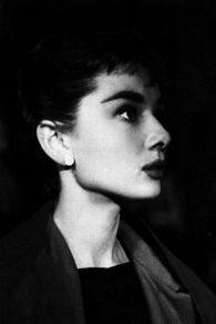 Audrey Hepburn sul set di Sabrina, fotografata da Mark Shaw nel 1953