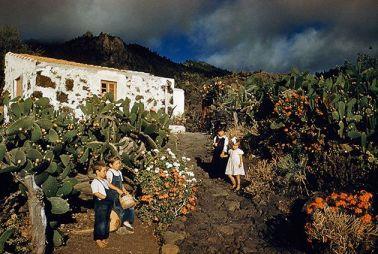 Bambini giocano a piedi nudi in un giardino di cactus nelle Isole Canarie, 1955