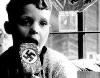 Bambino tedesco con un ciuppa ciuppa nazista