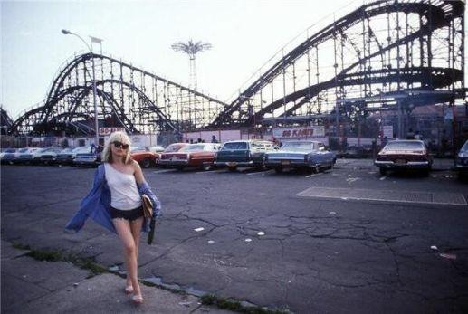 Debbie Harry, Coney Island, 1977. Fotografia di Bob Gruen