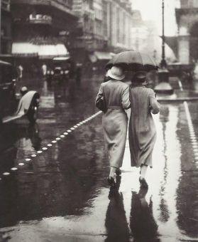 Donne a piedi sotto la pioggia, Parigi, 1934