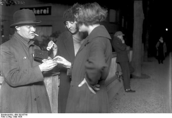 Due donne che comprano cocaina dal loro rivenditore, Berlino 1929
