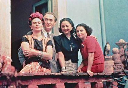 Frida Kahlo con la sorella Cristina, Nickolas Muray, e Rosa Covarrubias, Coyoacán, 1939