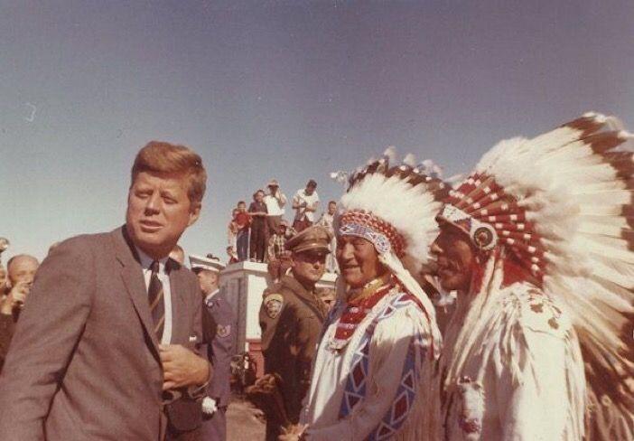 Il Presidente Kennedy saluta una delegazione di Nativi Americani