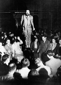 La levitazione di Colin Evans in una seduta spiritica, 1938