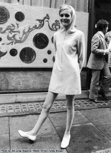 La modella teenager inglese Twiggy sfoggia un mini-abito con cappuccio. Londra 1967