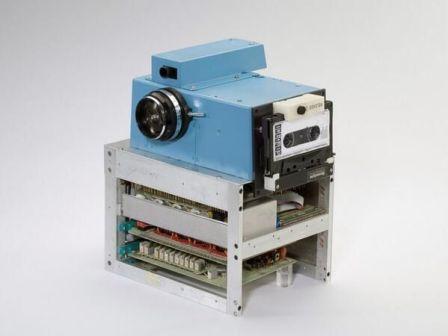 La prima fotocamera digitale al mondo (1975), creata dall'ingegnere di Kodak Steve Sasson