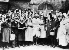 Mahatma Gandhi viene accolto da una folla di operaie tessili durante una visita a Darwen, Lancashire, Regno Unito nel 1931
