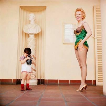 Marilyn Monroe con Joshua, il figlio di Milton Greene, 1954