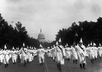 Membri del Ku Klux Klan in una marcia a Washington DC, il 9 agosto 1925