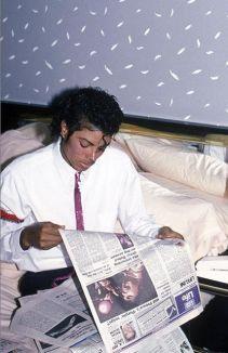 """Michael Jackson legge circa il debutto di """"Purple Rain"""" di Prince, 1984"""