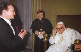 Papa Giovanni Paolo II prova gli occhiali di Bono