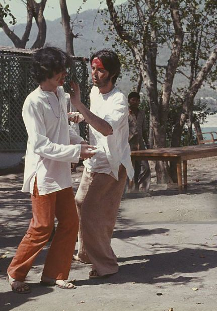 Paul McCartney e Donovan in India