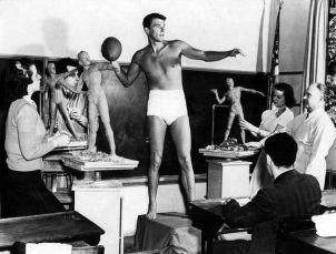 Ronald Reagan posa per una classe di scultura