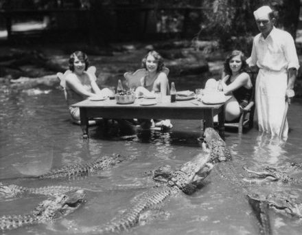 Turiste che posano con alligatori al Los Angeles Alligator Farm nel 1920