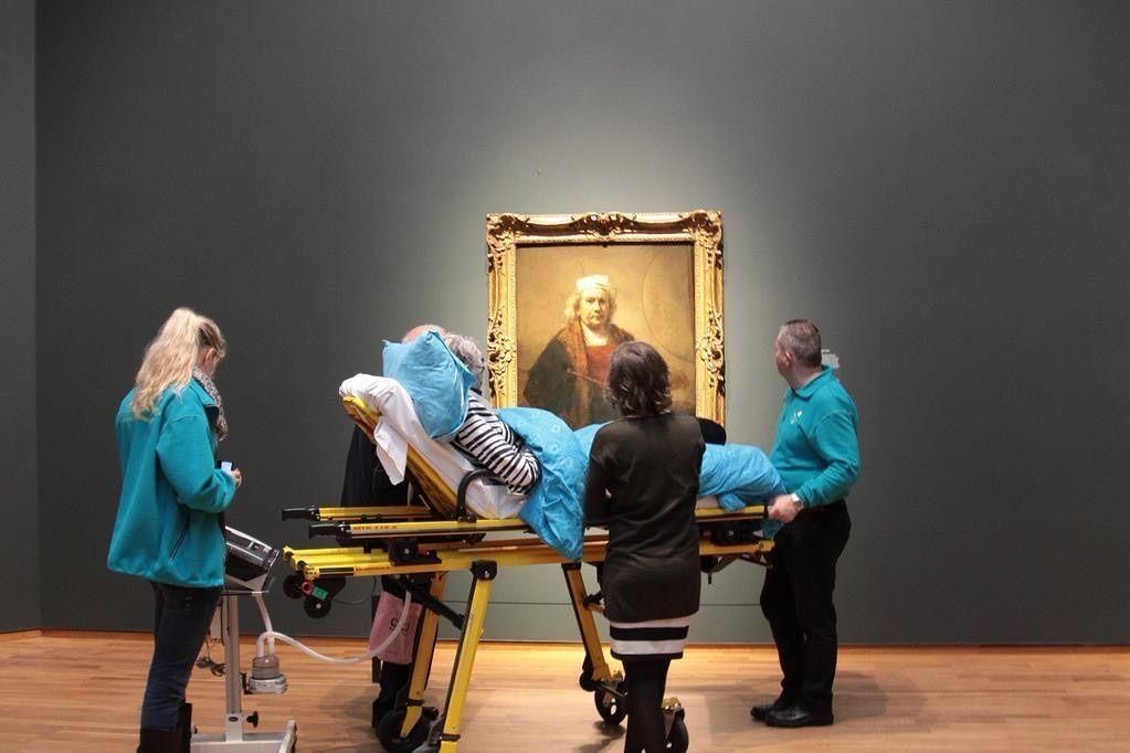 Una donna gode del Rijksmuseum per l'ultima volta nella sua vita