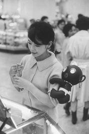 Una ragazza giapponese con una bambola dakkochan sul braccio, Tokyo, Giappone 1960