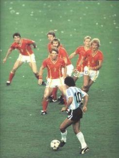 Diego Maradona contro 6 difensori, 1982