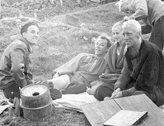 """Ingmar Bergman, Nils Poppe, Bibi Andersson e Max von Sydow sul set di """"Il settimo sigillo"""""""