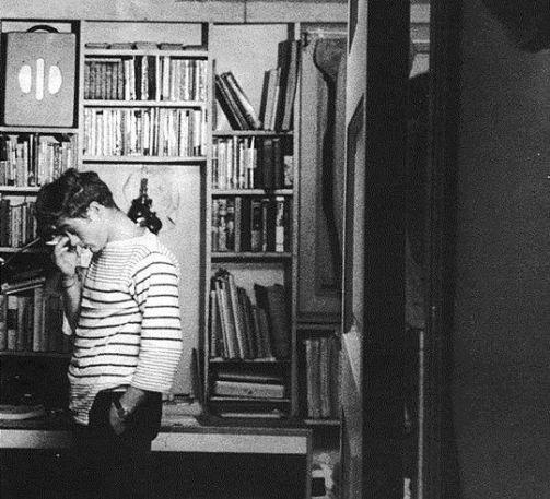 James Dean nel suo appartamento sulla West 68th Street, New York, 1955