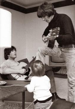 John & Julian Lennon e George Harrison a casa, 1965