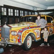 John Lennon e suo figlio Julian Lennon con una Rolls Royce Phantom V nel suo garage, 1968