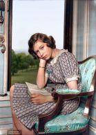 La Principessa Elisabetta legge nel Castello di Windsor 1940. Fotografia colorata da Marina Amaral