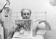 L'attore britannico l'attore Peter Sellers e il titolo del Sun che parla del suo attuale periodo di degenza nel 1977