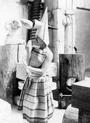Lizica Codreanu che indossa un costume creato da Constantin Brancusi