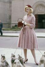 Modella indossa un vestito lavorato a maglia da Anne Fogarty, cappello di velluto di Emme e borsa di coccodrillo di Lucille, Glamour ottobre 1959