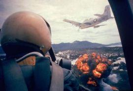 Pilota americano Airforce guarda un colpo di napalm lanciato dalla sua cabina di guida. Vietnam, 1963