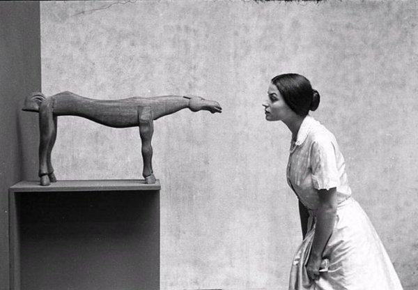 Eve Arnold , Silvana Mangano con una scultura di Brancusi , MoMA, New York, 1956